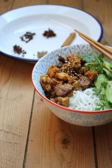 Rezept Fünf-Gewürze-Tofu mit Gurkensalat und Reisnudeln