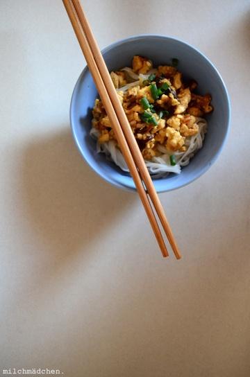 Rezept Fünf-Gewürze-Tofu mit Nudeln und Gurkensalat