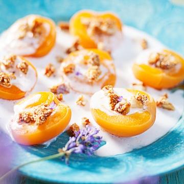 Rezept Gebackene Aprikosen mit lecker Kokoscreme & Macadamia-Amaranth Crunch