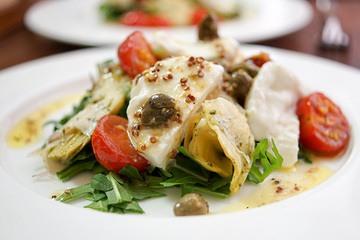 Rezept Gebackene Tomaten mit Artischocke und Büffelmozzarella in Zitronen-Kapern-Dressing