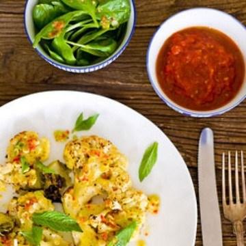 Rezept Gebackener Blumenkohl mit Zimt-Orangen-Tomatensoße und Chili-Vinaigrette