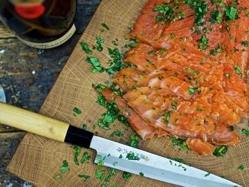 Rezept Gebeizter Lachs mit Gin, Ingwer, Zitrone und Basilikum