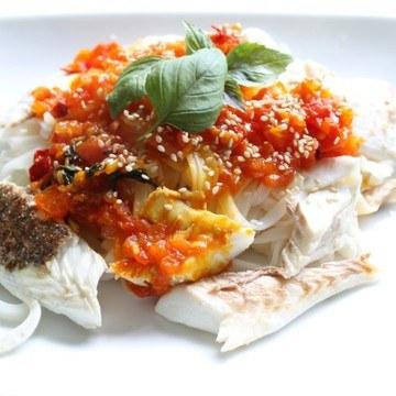 Rezept Gebratene Dorade mit Tomaten-Safran-Püree und Reisnudeln