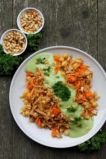 Rezept Gebratene Nudeln mit Kichererbsen und Karotten in Avocado-Kokos-Ingwer-Sauce