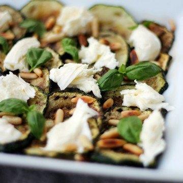 Rezept Gebratene Zucchini mit Mozzarella, Pinienkernen und Basilikum