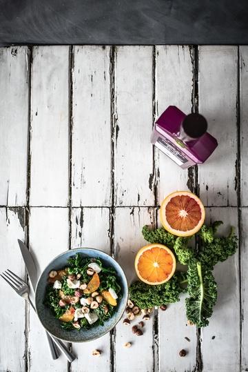 Rezept Gebratener Grünkohl als Wintersalat, mit Blutrorangenvinaigrette und Ziegenfrischkäse