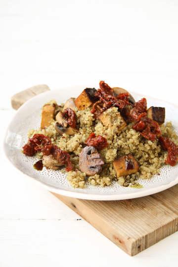 Rezept Gebratener Quinoa mit Pilzen, Räuchertofu, Kürbiskernöl & getrockneten Tomaten