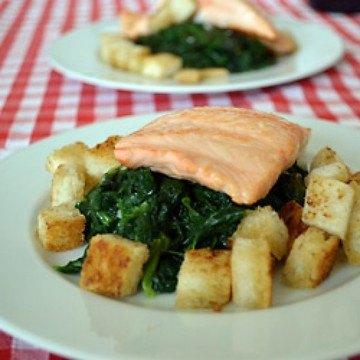 Rezept Gebratenes Lachsfilet mit Spinat und Croutons