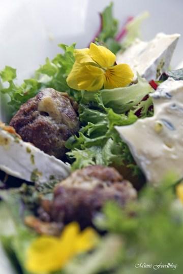 Rezept Gefüllte Gorgonzola-Hackbällchen ~ auf einem Sommersalat mit Blüten