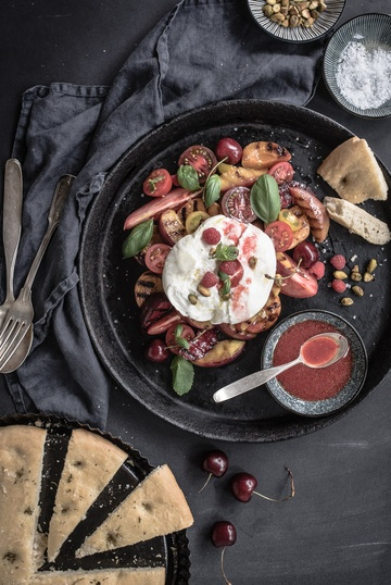 Rezept gegrillte kernobst caprese mit burrata, himbeervinaigrette, gerösteten pistazien und rosmarin focaccia
