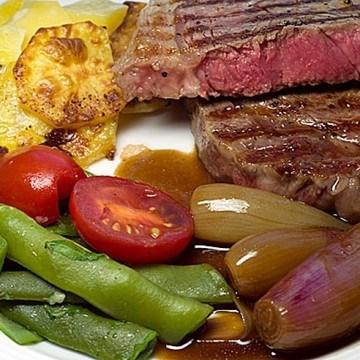 Rezept Gegrillte Rindersteaks mit Balsamico-Schalotten, Kartoffelgratin und Bohnengemüse