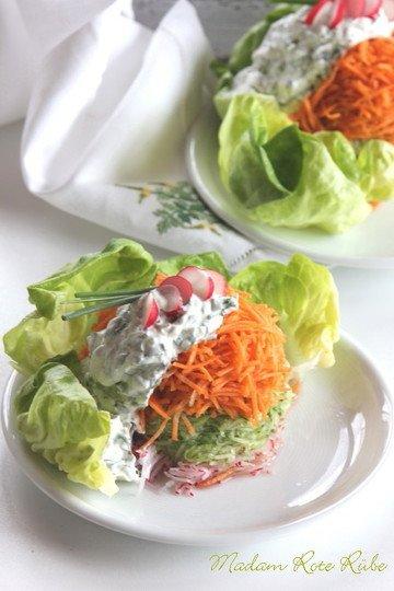 Rezept Gemüsetürmchen auf jungem Blattsalat mit Kräuterschmand