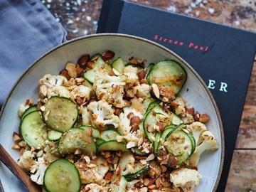 Rezept Gerösteter Blumenkohl mit Gurke und Rauchmandeln in Kimchi-Vinaigrette