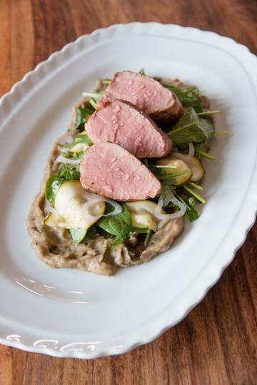 Rezept Geröstetes Auberginen Püree mit Spinat-Kräuter-Salat und Schweinelende