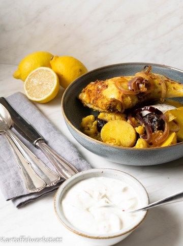 Rezept Geschmorte Kartoffeln mit Backpflaumen, Blumenkohl & Hähnchenschenkel