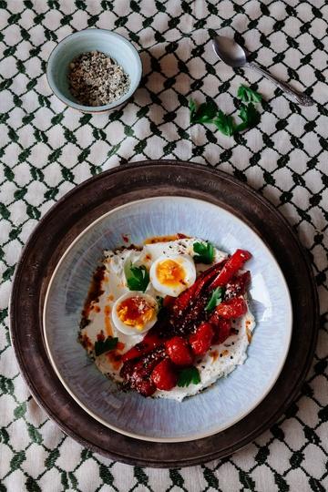 Rezept Gesundes Frühstück: Labneh mit Chili, Ei und Tomaten-Paprika-Gemüse