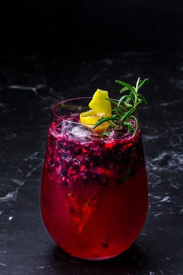 Rezept Gin Tonic mit Brombeere und Rosmarin-Zitronen Sirup