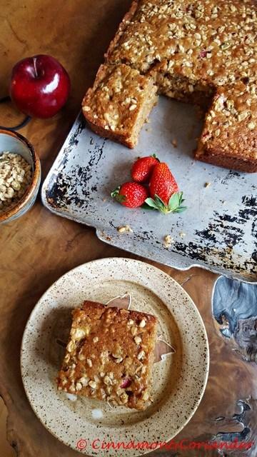 Rezept Granola Breakfast Cake mit Äpfeln und Erdbeeren