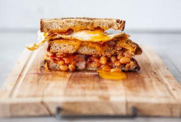 Rezept Grilled Cheese Sandwich mit Bacon, Baked Beans und Spiegelei
