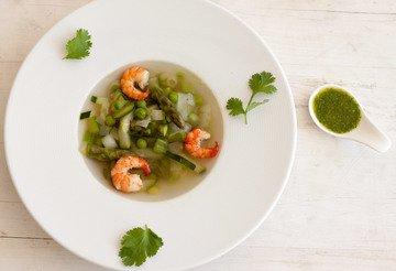 Rezept Grüne Gemüsesuppe mit Garnelen und Mojo verde