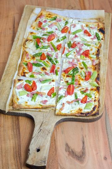 Rezept grüner Spargel Flammkuchen mit Speckstreifen und Cherry Tomaten
