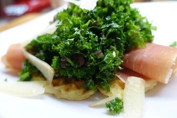 Rezept Grünkohl mit luftgetrocknetem Schinken auf warmen Kartoffelwaffeln