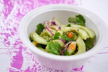 Rezept Gurkensalat mit Koriander & gerösteten Sesamkernen