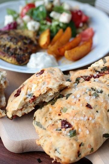 Rezept Gyrosschnitzel mit Salat, Kurkuma-Kartoffelspalten und Bärlauch-Tomaten-Feta-Brot