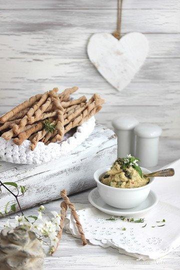 Rezept Handgerollte Kräuter-Dinkel-Grissini mit Bohnen-Basilikum-Dip