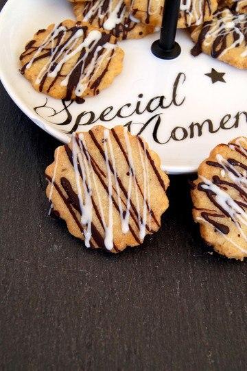 Rezept Haselnuss Vanille Kekse mit einem Topping aus weißer und dunkler Schokolade