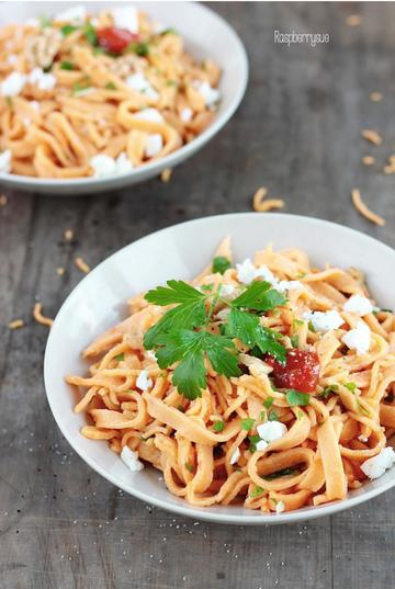 Rezept Hausgemachte Ajvar Pasta mit Petersilie, Zitrone und Feta