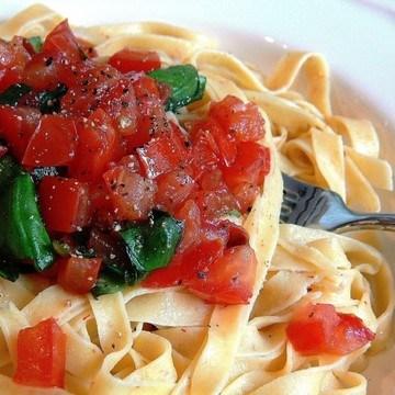 Rezept hausgemachte Tagliatelle mit frischen Tomaten