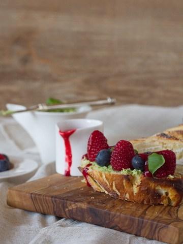 Rezept Hefezopf mit süßer Basilikum-Butter, Himbeer-Soße und Beeren