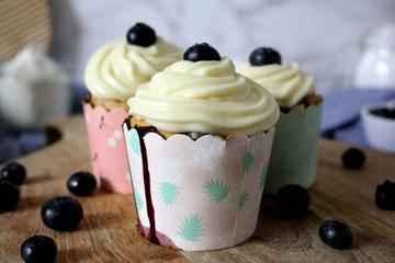Rezept Heidelbeer-Muffins mit White-Chocolate-Frosting