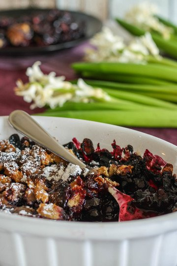 Rezept Heidelbeeren mit Schoko-Erdnussbutter Streuseln und Karamellsauce
