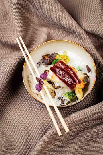 Rezept Heilbutt mit Reisnudeln, Shii Take und Kokos-Fischsauce und Bündnerfleisch