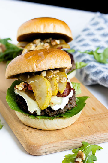Rezept Herbstlicher Burger mit Brie, pochierten Birnen und Feigen Konfitüre