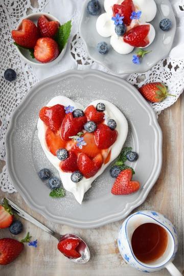 Rezept Herzallerliebst! Pavlova in Herzform mit Erdbeeren