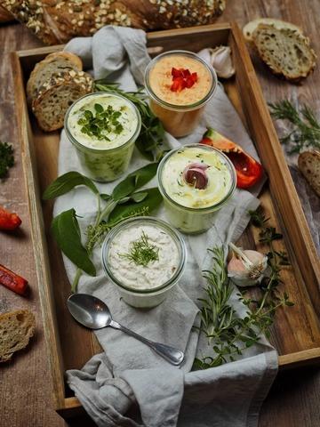 Rezept Herzhafte Brotaufstriche: 4 köstliche und schnelle Varianten [Kräuter, Knoblauch, Lachs, Paprika]