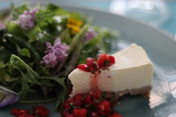 Rezept Herzhafter Ziegen-Cheesecake mit würziger Erdbeer-Salsa