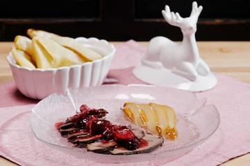 Rezept Hirschbraten Carpaccio mit Kirschdressing und glasierten Birnen
