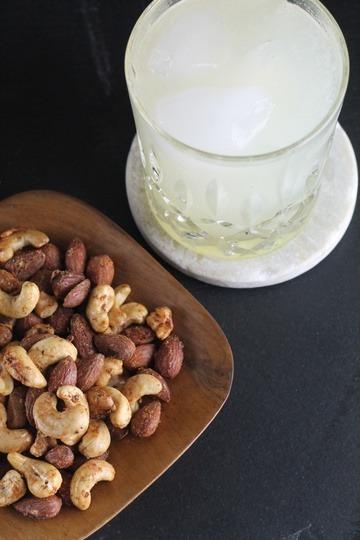 Rezept Holunderblüten-Gin Fizz mit spicy Snacknüssen