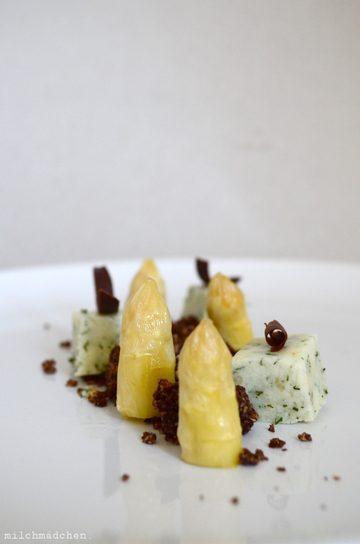 Rezept Holunderblütenspargel zu Buchweizenerde und Milchcreme mit Dill