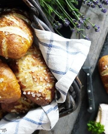 Rezept Homemade Laugenbrötchen, mit Zucchini-Hack Füllung