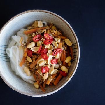 Rezept Huhn mit Szechuanpfeffer, Erdnusssauce und Reisnudeln