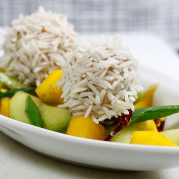 Rezept Hühnchen-Reisbällchen auf Gurken-Mangosalat