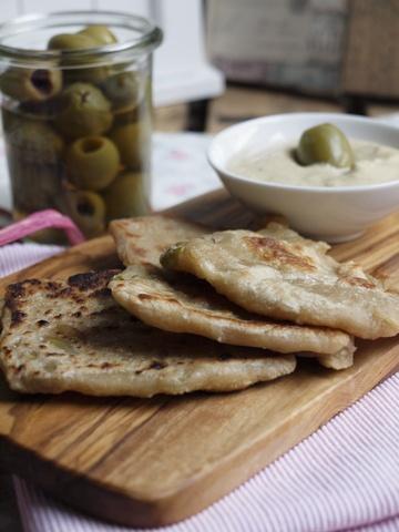 Rezept Hummus zu kleinen Dinkel Fladen mit Oliven