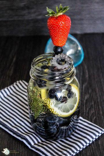 Rezept Infused Water mit Heidelbeere, Thymian und Zitrone