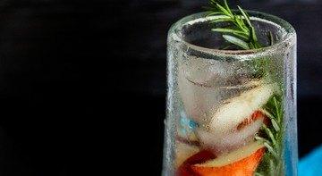 Rezept Infused Water mit Pfirsich und Rosmarin