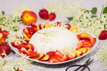 Rezept Joghurt-Holunderblüten-Kuppel mit frischen Früchten